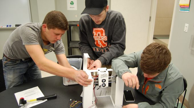 Students Get Hands-on Experience Assembling 3D Printers